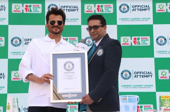 Anil Kapoor with Rishi Nath - adjucator, Guinness World Record announcing the achievement of  record of Ariel's largest laundry lesson