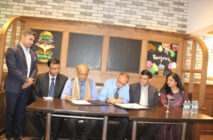 Padmashree Dr. K K Aggarwal, President Heart Care Foundation of India and Prof. (Dr.) Raj Singh, Vice Chancellor, Ansal University during MoU signing