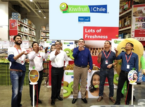 L to R: Mr. Punit Mehta – AVP - Customer Development & Mr. Dushyant Gupta - GM - Fresh of LOTS Wholesale Solutions, Mr. Sumit Saran, Director, SS Associates, the Indian Marketing office of the Chilean Kiwifruit Committee, Mr. Charif Christian Carvajal, Marketing Director for Asia for the Chilean Fruit Exporters Association (ASOEX), Mr. Khun Prasertsak Khamankhetkarn – Director- Sales & Operations & Khun Somnuek - Store GM LOTS Wholesale Solutions at a mega promotional event of Chilean Kiwi at LOTS Wholesale Solutions, Noida