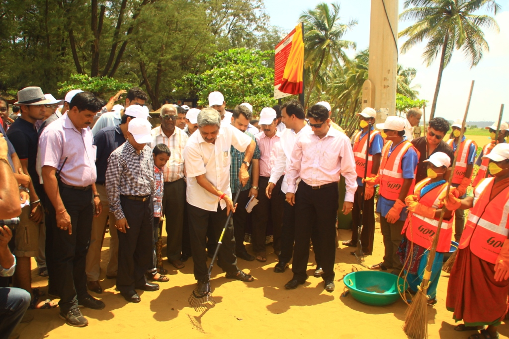 Chief Minister of Goa, Mr. Manohar Parrikar along with Minister of Tourism, Mr. Dilip Parulekar and Chairman GTDC, Mr. Nilesh Cabral at the launch of the 'Clean Goa Beautiful Goa' campaign by Goa Tourism on Miramar beach, Panjim Goa