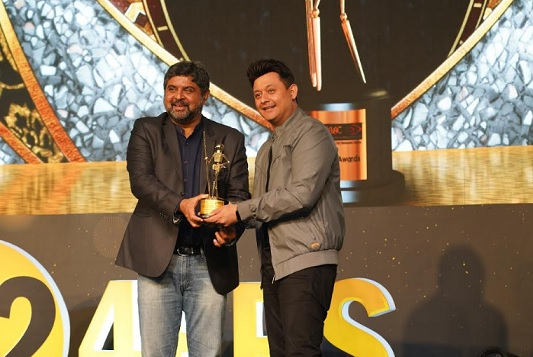 Swapnil Joshi receiving award from Mr. Anil Pant, MD & CEO of Aptech Ltd.